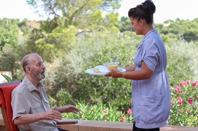 6-Smart-Tactics-to-Try-When-Feeding-Dementia-Patients